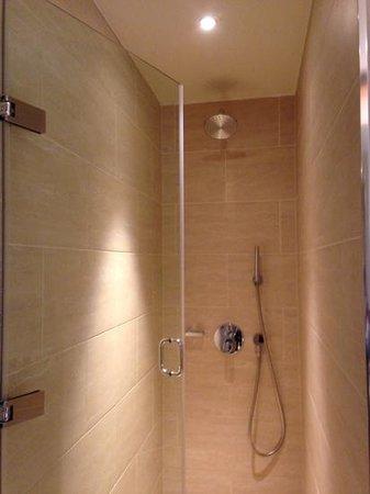 Apex London Wall Hotel: shower room 301