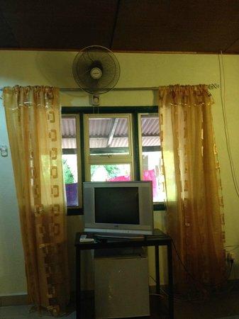 Senari Bay Resort: TV and mini fridge