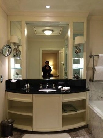 The Shelbourne Dublin, A Renaissance Hotel: BATHROOM