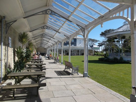 The Garden Room Bar and Bistro: The view of the upper gardens under the veranda