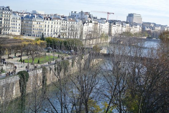 Quai Montebello : View from the apartment window of the Seine below.