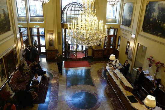 Hotel Imperial Vienna: View of entrance from balcony