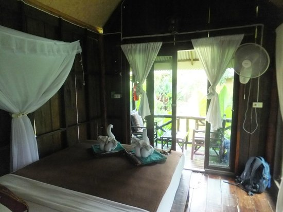 Lanta Castaway Beach Resort : inside wooden garden bungalow