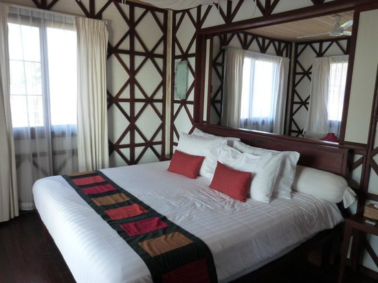 ViewPoint Lodge & Fine Cuisines: Sitting room is beyond sliding panels behind bed head...