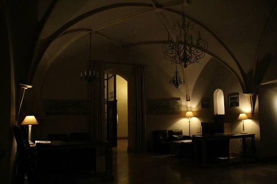 Art Hotel: Lobby at night