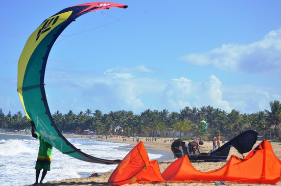 Laurel Eastman Kiteboarding (LEK) : Helpful staff willing to launch/land kites & pump/roll up kites.