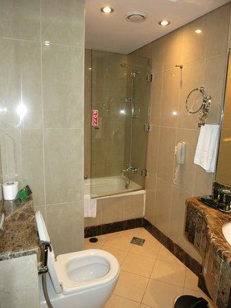 AlHamra Hotel: bathroom