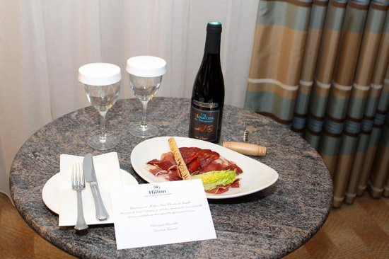 Hilton Paris Charles de Gaulle Airport : Complimentary Wine and tidbits