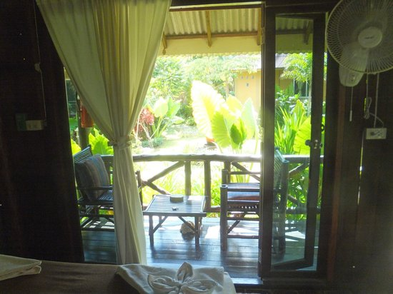 Lanta Castaway Beach Resort: inside wooden garden bungalow