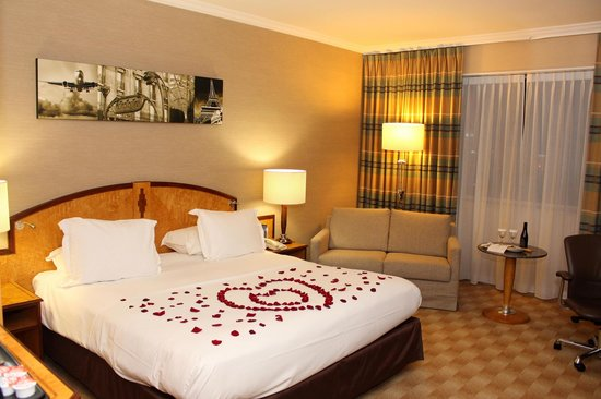 Hilton Paris Charles de Gaulle Airport : Decorated Bed