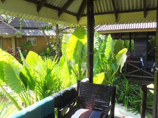Lanta Castaway Beach Resort : the balcony infront of the wooden bungalows