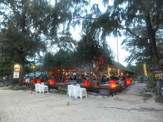Lanta Castaway Beach Resort: beachfront after sunset