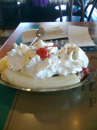 Ghirardelli Soda Fountain & Chocolate Shop: BANANA SPLIT DELICIOSO!!!