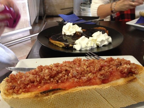 Canadian Bar and Tapas: Tostada XXL con pizquitos de jamón y tortitas con nata y chocolate.