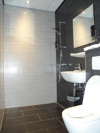 Hotel Mosaic City Centre: Vista del bagno