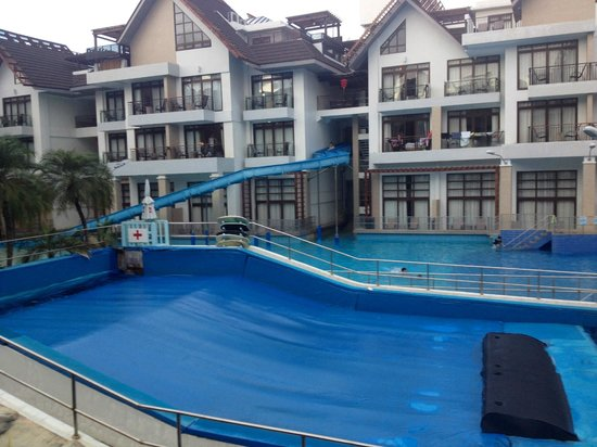 Crown Regency Resort & Convention Center : wave pool with giant slides