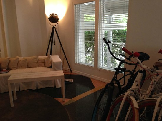Townhouse Hotel: Lobby and bike rentals