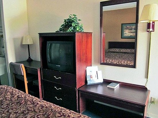 Motel 6 Cookeville: MBedroom_TV_Desk