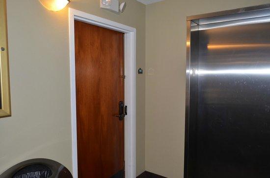 Desoto Beach Hotel: room next to elevator