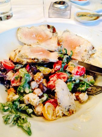 Olivier Avenida: Cesar Salad con pollo crudo ....