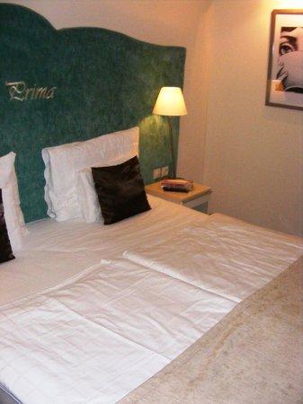 La Prima Fashion Hotel: Кровать))