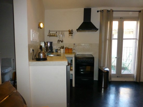 Arles Suite Home: kitchen area