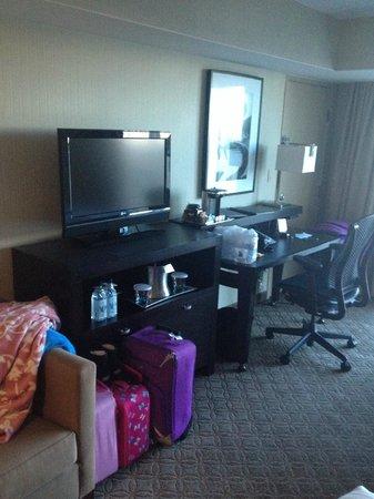 Hilton Anaheim: Flat TV Screen and Desk.