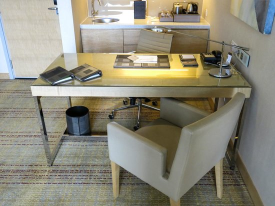DoubleTree by Hilton Kuala Lumpur : Writing desk in our Executive Suite