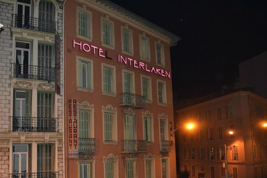 Hotel Interlaken: L'hotel visto dalla stazione di Nizza