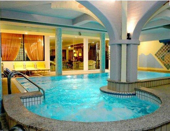 La piscina con l 39 idromassaggio foto di riz ferrari hotel salsomaggiore terme tripadvisor - Hotel bagno di romagna con piscina ...