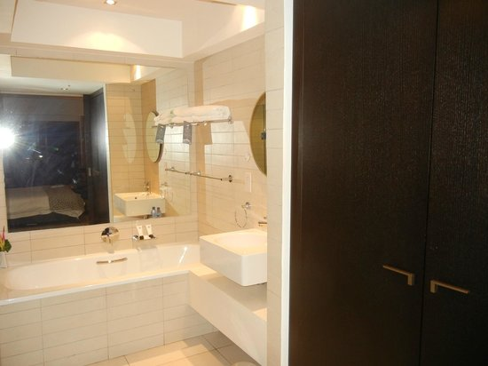 Labadi Beach Hotel: bathroom