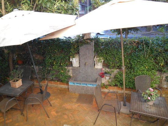 Aventino Guest House: Cozy Courtyard