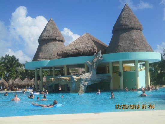 Iberostar Paraiso Maya: Pool side, with a swim up bar