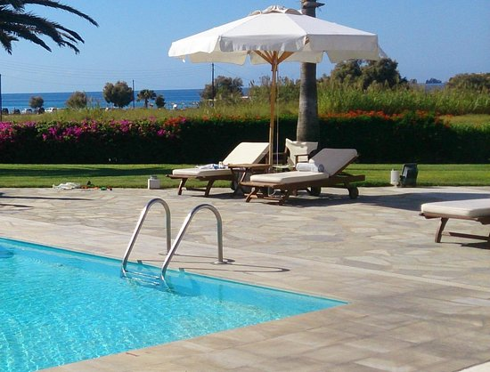 Yria Island Boutique Hotel & Spa: Pool with the beach in the background