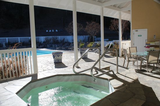 Meadowlark Country House: Hot tub