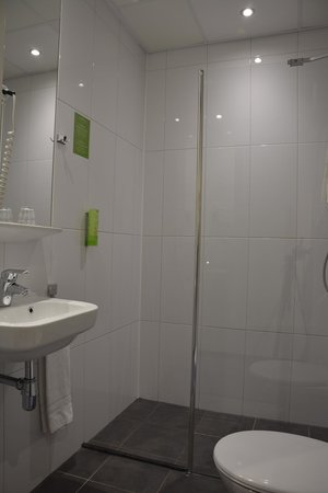 Court Garden Hotel: Bathroom