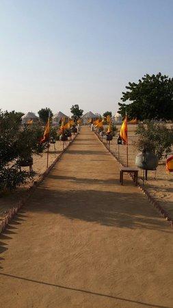 Royal Desert Camp Jaisalmer: Path into camp