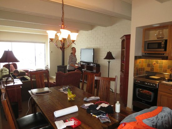 Sheraton Steamboat Resort Villas: Condo kitchen & living room