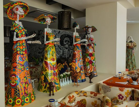 Secrets Huatulco Resort & Spa : Mexican Restaurant Day of the Dead Statues