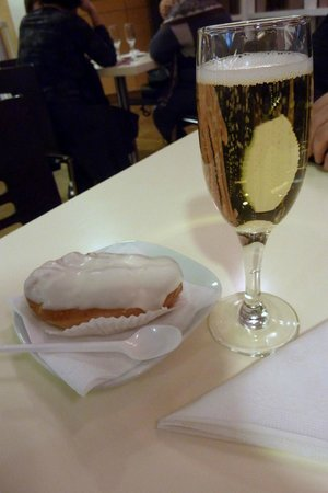 Mariinsky Theatre Concert Hall: delicious eclairs