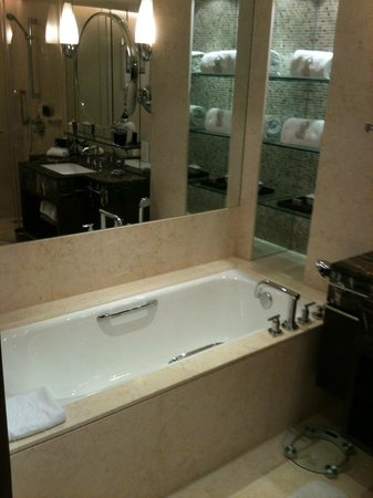 The Portman Ritz-Carlton, Shanghai : Baño
