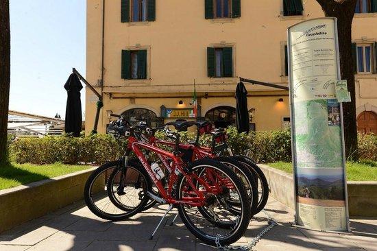 FiesoleBike Day Tours: FiesoleBike in Piazza Mino da Fiesole