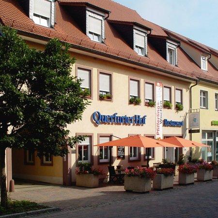 """Querfurter Hof: Frontansicht Hotel mit Terrasse vom Restaurant """"Kulinarium"""""""