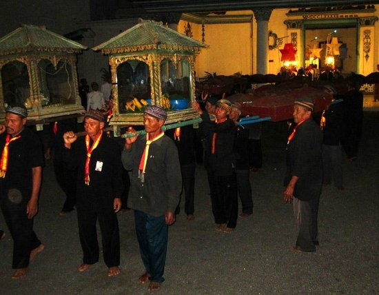 Surakarta Hadiningrat Palace: Kirab malam selikuran: royal courtiers carrying sacred heirlooms