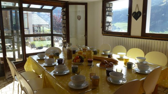 Chalet Chelmer: Breakfast and afternoon tea room with panoramic mountain views