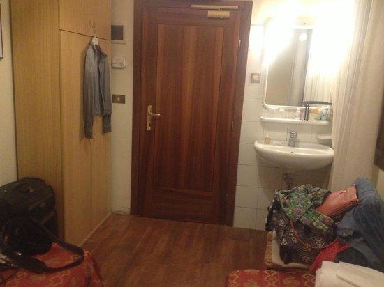 Tivoli Hotel : наш скромный номер на 3 этаже