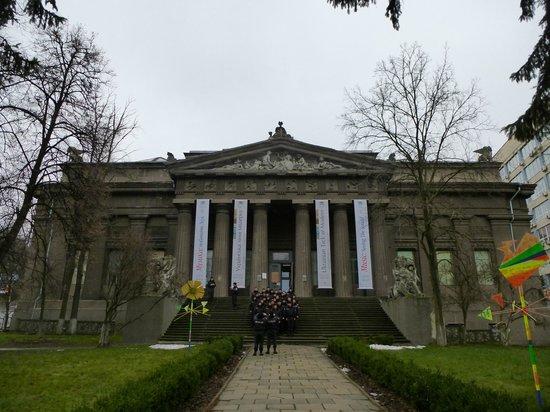 National Art Museum of Ukraine: Менты из оцепления фотографируются на память