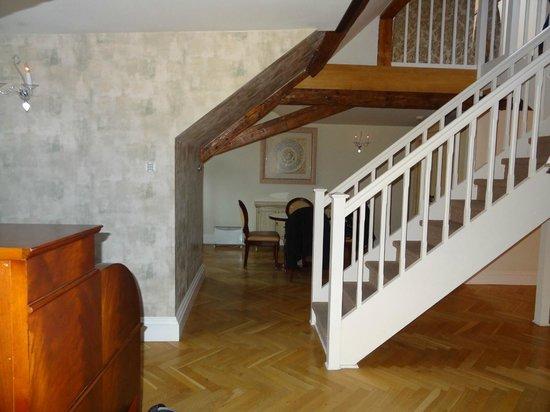 Smetana Hotel : Essecke/ Wohnbereich mit Treppe nach oben