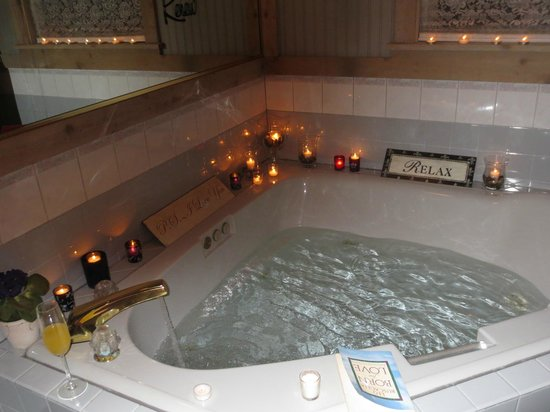 McKenzie House Bed & Breakfast: Private jacuzzi tub