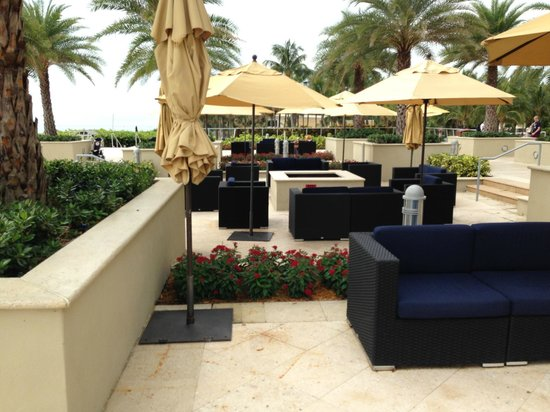 Fort Lauderdale Marriott Harbor Beach Resort & Spa : Seating area on back patio (ocean on left, hotel on right).  Plenty of seats and umbrellas
